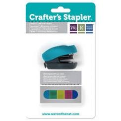Agrafeuse et 1500 agrafes de couleur par We R Memory Keepers. Scrapbooking et loisirs créatifs. Livraison rapide et cadeau da...