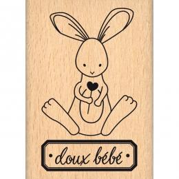 Tampon bois DOUX BÉBÉ par Florilèges Design. Scrapbooking et loisirs créatifs. Livraison rapide et cadeau dans chaque commande.
