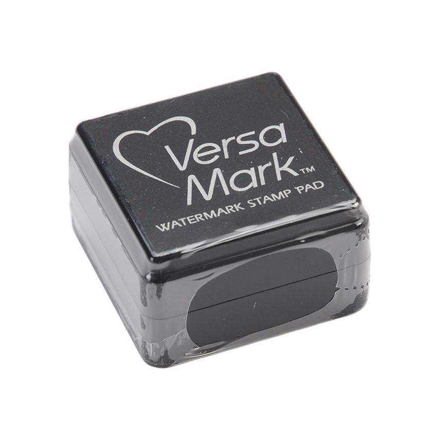 Encre Versamark cube par Tsukineko. Scrapbooking et loisirs créatifs. Livraison rapide et cadeau dans chaque commande.
