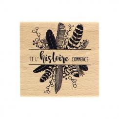 Tampon bois L'HISTOIRE COMMENCE par Florilèges Design. Scrapbooking et loisirs créatifs. Livraison rapide et cadeau dans chaq...