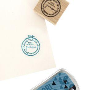 Tampon bois allemand STICKEREI par Florilèges Design. Scrapbooking et loisirs créatifs. Livraison rapide et cadeau dans chaqu...