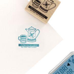 Tampon bois SO COSY par Florilèges Design. Scrapbooking et loisirs créatifs. Livraison rapide et cadeau dans chaque commande.
