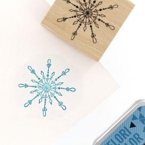 Tampon bois UN BEAU FLOCON par Florilèges Design. Scrapbooking et loisirs créatifs. Livraison rapide et cadeau dans chaque co...