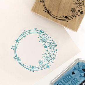 Tampon bois COURONNE DE NEIGE par Florilèges Design. Scrapbooking et loisirs créatifs. Livraison rapide et cadeau dans chaque...
