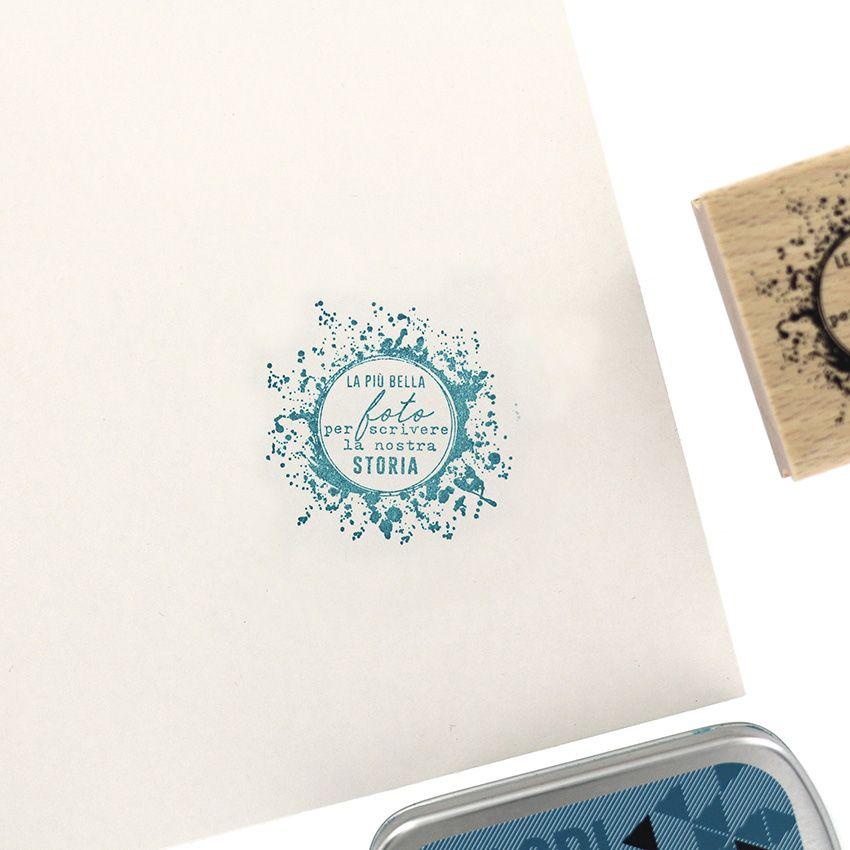 Tampon bois italien SCRIVERE LA NOSTRA STORIA par Florilèges Design. Scrapbooking et loisirs créatifs. Livraison rapide et ca...